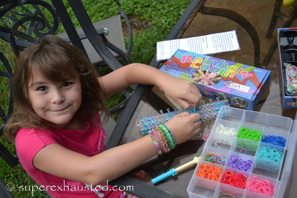 girl using Rainbow Loom